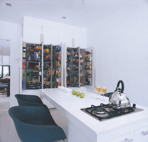 Modern Kitchen by Renaissance Planners & Designers Pte Ltd