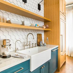 Inspiration för ett funkis vit vitt kök, med en rustik diskho, skåp i shakerstil, turkosa skåp, bänkskiva i kvarts, vitt stänkskydd, rostfria vitvaror, klinkergolv i porslin, en halv köksö och flerfärgat golv