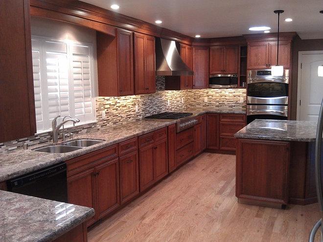 Traditional Kitchen by Signature Kitchen & Bath Design Inc.
