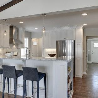 Foto på ett litet vintage kök, med en rustik diskho, släta luckor, vita skåp, granitbänkskiva, vitt stänkskydd, stänkskydd i keramik, rostfria vitvaror och mellanmörkt trägolv