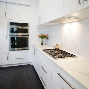 リッチモンドの小さいモダンスタイルのおしゃれなキッチン (アンダーカウンターシンク、フラットパネル扉のキャビネット、白いキャビネット、クオーツストーンカウンター、白いキッチンパネル、セラミックタイルのキッチンパネル、シルバーの調理設備の、セラミックタイルの床、黒い床、白いキッチンカウンター) の写真