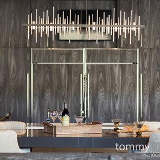 バーミングハムの広いトランジショナルスタイルのおしゃれなキッチン (アンダーカウンターシンク、フラットパネル扉のキャビネット、ベージュのキャビネット、オニキスカウンター、マルチカラーのキッチンパネル、セラミックタイルのキッチンパネル、シルバーの調理設備、セラミックタイルの床、ベージュの床) の写真