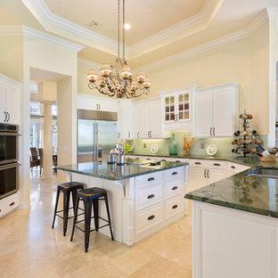 Geschlossene, Mittelgroße Mediterrane Küche in U-Form mit Unterbauwaschbecken, profilierten Schrankfronten, weißen Schränken, Marmor-Arbeitsplatte, Küchenrückwand in Grün, Rückwand aus Stäbchenfliesen, Küchengeräten aus Edelstahl, Marmorboden, Kücheninsel, beigem Boden und grüner Arbeitsplatte in Miami