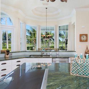 マイアミの中サイズの地中海スタイルのおしゃれなキッチン (アンダーカウンターシンク、レイズドパネル扉のキャビネット、白いキャビネット、大理石カウンター、緑のキッチンパネル、ボーダータイルのキッチンパネル、シルバーの調理設備の、大理石の床、ベージュの床、緑のキッチンカウンター) の写真