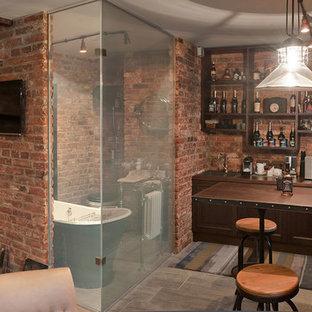 Idee per una cucina industriale con lavello da incasso, ante con riquadro incassato, ante marroni, paraspruzzi marrone e paraspruzzi in mattoni