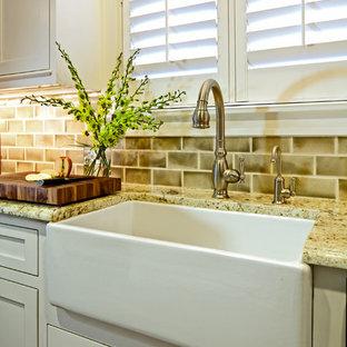 Immagine di una cucina classica con lavello stile country e top in granito