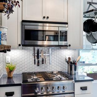 Diseño de cocina de galera, minimalista, pequeña, abierta, con fregadero bajoencimera, armarios estilo shaker, puertas de armario blancas, encimera de cuarcita, salpicadero blanco, salpicadero de azulejos de porcelana, electrodomésticos de acero inoxidable, suelo de madera clara, suelo marrón y encimeras azules