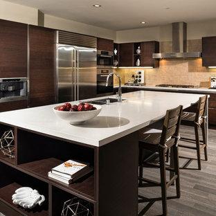 Exempel på ett stort modernt kök, med en dubbel diskho, släta luckor, skåp i mörkt trä, bänkskiva i koppar, beige stänkskydd, stänkskydd i mosaik, rostfria vitvaror, bambugolv och en köksö