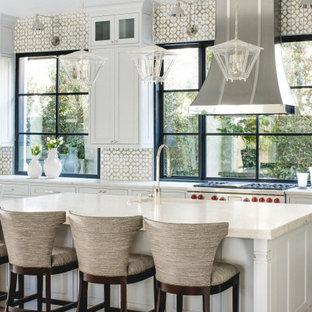 Idéer för att renovera ett mellanstort medelhavsstil beige beige kök, med en undermonterad diskho, luckor med infälld panel, grå skåp, bänkskiva i kvartsit, beige stänkskydd, stänkskydd i keramik, färgglada vitvaror, ljust trägolv, en köksö och beiget golv