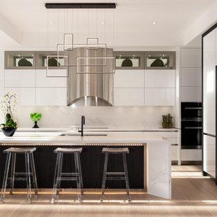 Moderne Küche in L-Form mit Unterbauwaschbecken, flächenbündigen Schrankfronten, weißen Schränken, Küchenrückwand in Weiß, weißen Elektrogeräten, hellem Holzboden, Kücheninsel, beigem Boden, weißer Arbeitsplatte und eingelassener Decke in Toronto