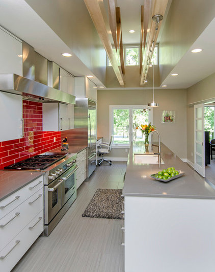 Contemporary Kitchen by Homes by DePhillips