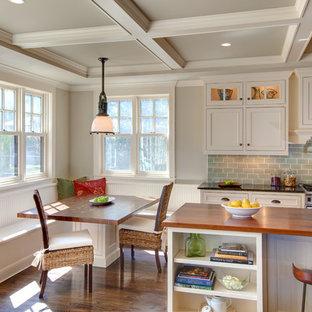 Пример оригинального дизайна: кухня в классическом стиле с фасадами с декоративным кантом, деревянной столешницей, белыми фасадами, зеленым фартуком и фартуком из плитки кабанчик