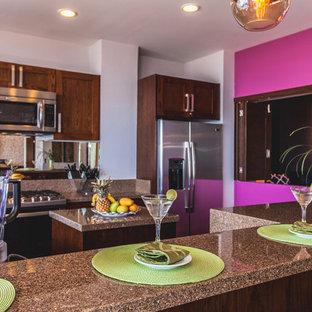 Mittelgroße Moderne Wohnküche in U-Form mit Doppelwaschbecken, flächenbündigen Schrankfronten, braunen Schränken, Granit-Arbeitsplatte, Rückwand aus Spiegelfliesen, Küchengeräten aus Edelstahl, Keramikboden, Kücheninsel und braunem Boden in Sonstige