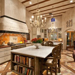 Inspiration för ett medelhavsstil kök och matrum, med luckor med upphöjd panel, beige skåp, orange stänkskydd och stänkskydd i keramik