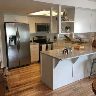 Неиссякаемый источник вдохновения для домашнего уюта: маленькая п-образная кухня в стиле кантри с обеденным столом, двойной раковиной, фасадами в стиле шейкер, белыми фасадами, столешницей из кварцита, белым фартуком, фартуком из плитки кабанчик, техникой из нержавеющей стали, полом из бамбука, полуостровом и коричневым полом