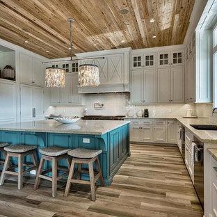 マイアミのビーチスタイルのおしゃれなキッチン (アンダーカウンターシンク、インセット扉のキャビネット、白いキャビネット、白いキッチンパネル、シルバーの調理設備、淡色無垢フローリング) の写真