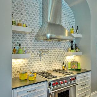 Immagine di una grande cucina contemporanea con lavello sottopiano, ante in stile shaker, ante bianche, top in granito, paraspruzzi grigio, paraspruzzi in gres porcellanato, elettrodomestici bianchi, parquet scuro e 2 o più isole