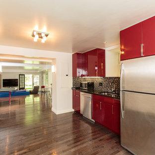 ボストンの中サイズのヴィクトリアン調のおしゃれなキッチン (赤いキャビネット、シルバーの調理設備の、無垢フローリング) の写真
