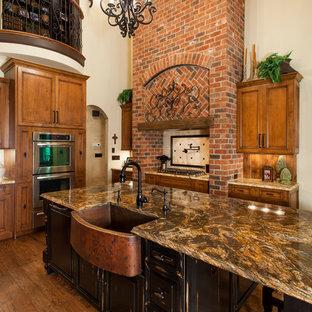 シャーロットのトラディショナルスタイルのおしゃれなキッチン (エプロンフロントシンク、落し込みパネル扉のキャビネット、中間色木目調キャビネット、シルバーの調理設備、トラバーチンのキッチンパネル) の写真