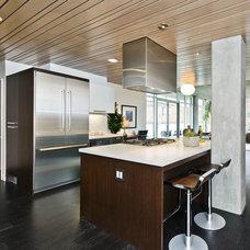 Contemporary Kitchen by European Cabinets & Design Studios