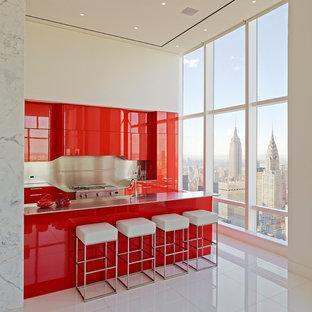 ニューヨークのコンテンポラリースタイルのおしゃれなキッチン (フラットパネル扉のキャビネット、赤いキャビネット、シルバーの調理設備) の写真