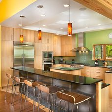 Modern Kitchen by Pinnacle Mountain Homes