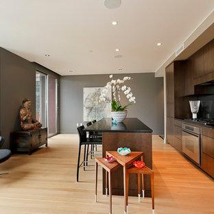 Einzeilige Moderne Küche mit flächenbündigen Schrankfronten, dunklen Holzschränken, Küchenrückwand in Schwarz, Küchengeräten aus Edelstahl und Glasrückwand in Portland