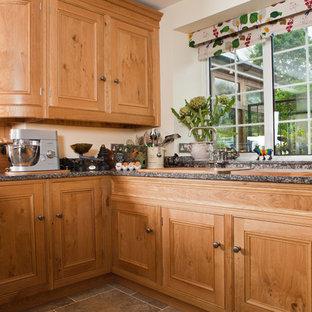 Mittelgroße Klassische Wohnküche ohne Insel in U-Form mit Triple-Waschtisch, Schrankfronten im Shaker-Stil, hellbraunen Holzschränken, Quarzit-Arbeitsplatte, Keramikboden und grauem Boden in Sonstige
