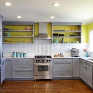 Idee per una cucina ad U classica con lavello sottopiano, ante con riquadro incassato, ante grigie, paraspruzzi bianco, elettrodomestici in acciaio inossidabile e top in marmo