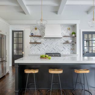 Klassische Küche mit Unterbauwaschbecken, Schrankfronten im Shaker-Stil, weißen Schränken, bunter Rückwand, Rückwand aus Marmor, Küchengeräten aus Edelstahl, dunklem Holzboden, Kücheninsel, braunem Boden und weißer Arbeitsplatte in New York