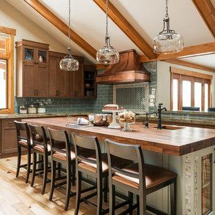 Idéer för ett amerikanskt kök, med en rustik diskho, skåp i shakerstil, skåp i mörkt trä, träbänkskiva, grönt stänkskydd, stänkskydd i tunnelbanekakel, ljust trägolv, en köksö och beiget golv