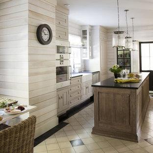 Idéer för att renovera ett funkis kök och matrum, med en rustik diskho, luckor med upphöjd panel, skåp i ljust trä och integrerade vitvaror