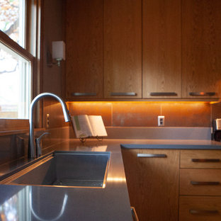 Idées déco pour une cuisine classique en U fermée et de taille moyenne avec un placard à porte plane, des portes de placard marrons, un plan de travail en quartz modifié, une crédence métallisée, une crédence en carreau de céramique, un électroménager en acier inoxydable, un îlot central, un plan de travail gris, un évier 3 bacs, un sol en bois brun et un sol marron.