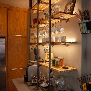 ミネアポリスの中サイズのトランジショナルスタイルのおしゃれなキッチン (フラットパネル扉のキャビネット、茶色いキャビネット、クオーツストーンカウンター、メタリックのキッチンパネル、セラミックタイルのキッチンパネル、シルバーの調理設備、グレーのキッチンカウンター、トリプルシンク、無垢フローリング、茶色い床) の写真