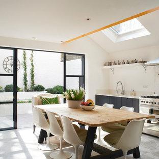 Eklektisk inredning av ett kök och matrum, med släta luckor och svarta skåp