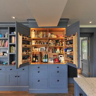 ハンプシャーの広いトランジショナルスタイルのおしゃれなキッチン (青いキャビネット、御影石カウンター、シェーカースタイル扉のキャビネット) の写真