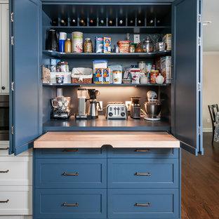 アトランタの中くらいのトランジショナルスタイルのおしゃれなキッチン (シェーカースタイル扉のキャビネット、エプロンフロントシンク、白いキャビネット、珪岩カウンター、白いキッチンパネル、セラミックタイルのキッチンパネル、シルバーの調理設備、無垢フローリング、アイランドなし、茶色い床、白いキッチンカウンター) の写真