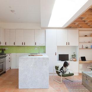 ロンドンの中サイズのサンタフェスタイルのおしゃれなキッチン (フラットパネル扉のキャビネット、大理石カウンター、緑のキッチンパネル、セラミックタイルのキッチンパネル、テラコッタタイルの床、アンダーカウンターシンク、白いキャビネット、オレンジの床、グレーのキッチンカウンター) の写真