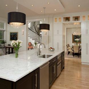 Immagine di una grande cucina design con lavello sottopiano, ante in stile shaker, ante bianche, top in marmo, paraspruzzi multicolore, paraspruzzi in lastra di pietra, elettrodomestici in acciaio inossidabile, parquet chiaro e isola