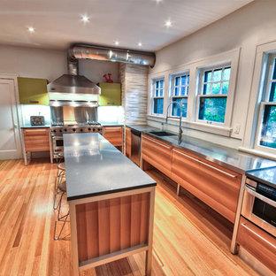 Exempel på ett eklektiskt kök, med rostfria vitvaror, bänkskiva i rostfritt stål och en integrerad diskho