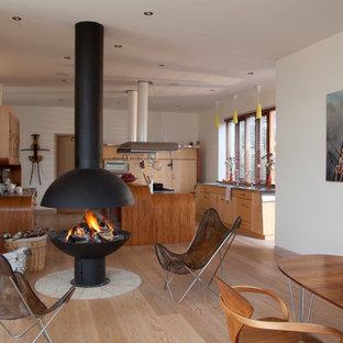 Idee per una grande cucina abitabile etnica con lavello sottopiano, paraspruzzi verde, parquet chiaro e isola