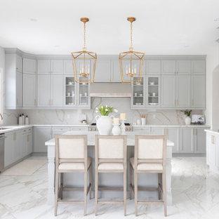 Geräumige Klassische Küche in L-Form mit Vorratsschrank, flächenbündigen Schrankfronten, hellbraunen Holzschränken, Granit-Arbeitsplatte, Küchenrückwand in Weiß, Kücheninsel, buntem Boden und blauer Arbeitsplatte in Washington, D.C.