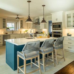 Große Klassische Wohnküche in U-Form mit Unterbauwaschbecken, Schrankfronten im Shaker-Stil, weißen Schränken, Küchenrückwand in Weiß, Rückwand aus Metrofliesen, Küchengeräten aus Edelstahl, Kücheninsel, beigem Boden, weißer Arbeitsplatte, Quarzit-Arbeitsplatte und Porzellan-Bodenfliesen in Houston