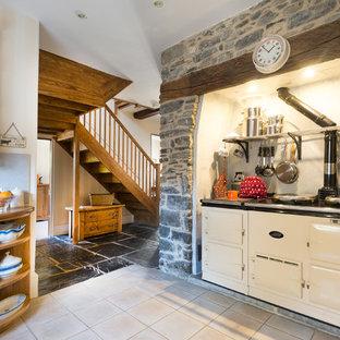 Aménagement d'une cuisine campagne de taille moyenne avec des portes de placard en bois brun, une crédence en carreau de céramique, un électroménager blanc, un sol en carrelage de céramique et un placard sans porte.