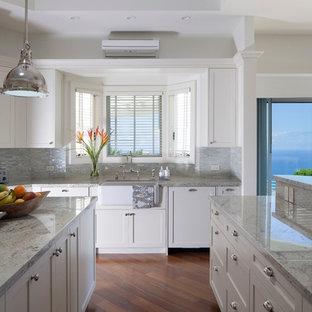 Tropische Küche mit Landhausspüle, Schrankfronten im Shaker-Stil, weißen Schränken, Küchengeräten aus Edelstahl und Granit-Arbeitsplatte in Hawaii