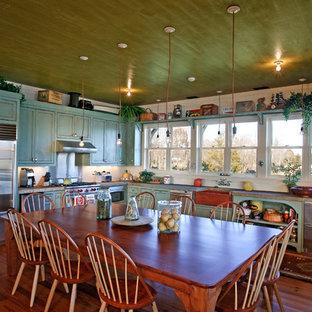 Foto på ett rustikt kök och matrum, med rostfria vitvaror och en rustik diskho