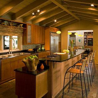 Geschlossene, Zweizeilige, Mittelgroße Urige Küche mit Triple-Waschtisch, Schrankfronten im Shaker-Stil, hellbraunen Holzschränken, Granit-Arbeitsplatte, bunter Rückwand, Rückwand aus Glasfliesen, Küchengeräten aus Edelstahl, Schieferboden und Kücheninsel in Miami
