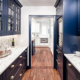 ミネアポリスのトラディショナルスタイルのおしゃれなキッチン (シェーカースタイル扉のキャビネット、青いキャビネット、グレーのキッチンパネル、カラー調理設備、無垢フローリング、茶色い床、白いキッチンカウンター) の写真