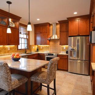 ワシントンD.C.の中サイズのトランジショナルスタイルのおしゃれなキッチン (アンダーカウンターシンク、シェーカースタイル扉のキャビネット、中間色木目調キャビネット、御影石カウンター、黄色いキッチンパネル、セラミックタイルのキッチンパネル、シルバーの調理設備、セラミックタイルの床、ベージュの床、ベージュのキッチンカウンター) の写真