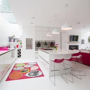 Foto de cocina en L, contemporánea, grande, abierta, con armarios con paneles lisos, puertas de armario blancas, salpicadero rosa, electrodomésticos de acero inoxidable, una isla, suelo blanco, fregadero bajoencimera, encimera de acrílico y salpicadero de vidrio templado